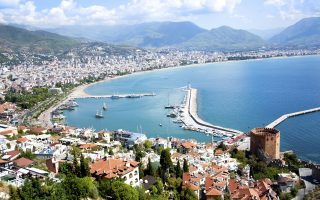 Ο Αύγουστος αποδεικνύεται καλύτερος απ' ό,τι αναμενόταν για τον τουρκικό τουρισμό και αυτό σε ένα βαθμό οφείλεται στην πληρότητα των ξενοδοχείων στην Ελλάδα και στην Ισπανία, αλλά και στις υψηλές τιμές σε αυτές τις χώρες. Στη φωτογραφία διακρίνεται η ακτογραμμή της Αττάλειας.