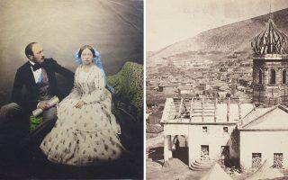 Αριστερά, ο πρίγκιπας Αλβέρτος και η βασίλισσα Βικτωρία το 1854, φωτογραφημένοι από τον Ρότζερ Φέντον στη διάρκεια του Κριμαϊκού Πολέμου. Δεξιά, η πόλη Μπαλακλάβα, κοντά στη Σεβαστούπολη, μετά τη μεγάλη μάχη.