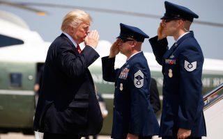 Υπέρ της συνέχισης της αμερικανικής, στρατιωτικής εμπλοκής στο Αφγανιστάν ώστε να ηττηθεί η τρομοκρατία τάχθηκε τελικά ο πρόεδρος Τραμπ, παρότι «ενστικτωδώς» έρρεπε προς την απαγκίστρωση, όπως ο ίδιος παραδέχθηκε. Καθοριστική για τη μεταστροφή του ήταν η πίεση των τριών στρατηγών της κυβέρνησής του. Στη φωτογραφία, ο πρόεδρος των ΗΠΑ ανταποδίδει στρατιωτικό χαιρετισμό καθώς αναχωρεί για την Αριζόνα.