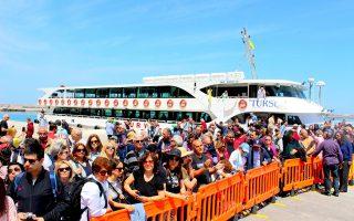 Χρονιά ρεκόρ για τις αφίξεις τουριστών στα ελληνικά νησιά από την Τουρκία είναι η φετινή. Κατά το α΄ εξάμηνο έφθασαν συνολικά 55.447 άτομα στα νησιά του Β. Αιγαίου, αριθμός που αναμένεται να υπερδιπλασιαστεί έως το τέλος του καλοκαιριού.