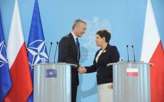 Η πρωθυπουργός της Πολωνίας Μπεάτα Σίντλο και ο γ.γ. του ΝΑΤΟ Γενς Στόλτενμπεργκ μετά τη χθεσινή τους συνάντηση στη Βαρσοβία.
