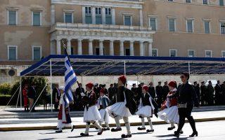 Η επιλογή των σημαιοφόρων στα δημοτικά σχολεία για τις παρελάσεις έχει προκαλέσει μεγάλη διαμάχη και μεταξύ των κομμάτων, αλλά και κάποιες αντιδράσεις εντός του ΣΥΡΙΖΑ.
