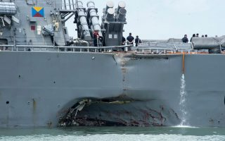 Το «USS John S. McCain» τραυματισμένο μετά το δυστύχημα. Η συνέχεια; Ο ναύαρχος Τζον Ρίτσαρντσον διέταξε την παύση όλων των επιχειρήσεων.