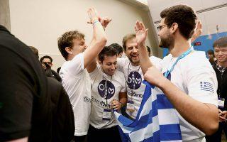 Τα μέλη της ελληνικής ομάδας –από αριστερά, Ζαφείρης Μπάμπος, Γιώργος Τσουμαλής, Λεόντιος Χατζηλεοντιάδης, Θεόφιλος Σπύρου– πανηγυρίζουν την πρόκρισή τους στους ημιτελικούς του Imagine Cup.