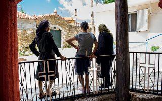 Γυναίκες στη Σμέρνα, που γλίτωσε με τις λιγότερες ζημιές από τα τρία ορεινά χωριά που στέκουν δίπλα δίπλα.