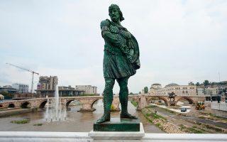 Η α λα Γκρούεφσκι αισθητική με θηριώδη αγάλματα και ανδριάντες, «κλεμμένα» από την ιστορία γειτονικών λαών, στην υπηρεσία του «μακεδονισμού».