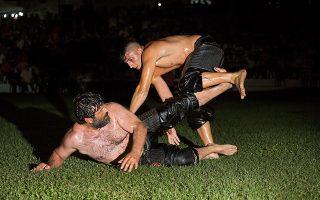 Οι αγώνες παραδοσιακής πάλης στον Σοχό είναι οι πιο φημισμένοι μετά της Αδριανούπολης στην Τουρκία. Οι αθλητές αγωνίζονται έως αργά τα μεσάνυχτα στο «αλώνι» για την ανάδειξη του μεγάλου πρωταθλητή. Φωτογραφίες: Νίκος Πηλός