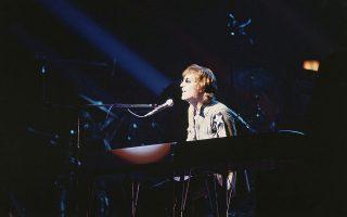 Ο Τζον Λένον τραγουδάει, παίζοντας πλήκτρα, στη συναυλία για φιλανθρωπικούς σκοπούς
