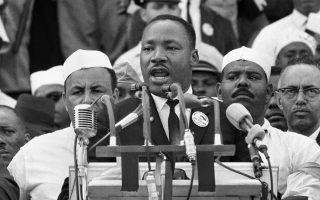 Ο Μάρτιν Λούθερ Κινγκ εκφωνεί τον περίφημο λόγο του που έμεινε γνωστός ως «Έχω ένας όνειρο» («I have a dream»), κατά τη διάρκεια πορείας υπέρ των δικαιωμάτων των Αφροαμερικανών, στο Μνημείο του Λίνκλον, στην Ουάσινγκτον, το 1963. Στην πορεία συμμετείχαν περισσότερα από 200.000 άτομα. (AP Photo)