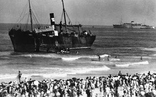 700 Εβραίοι πρόσφυγες, οι οποίοι επιβαίνουν στο πλοίο S.S. Parita, καταφθάνουν στην Παλαιστίνη, στην εβραϊκή πόλη του Τελ Αβίβ, το 1939. (AP Photo)
