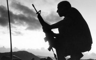 Ένας Αμερικανός στρατιώτης κάθεται γονατιστός πάνω από το καταφύγιο του, στο νότιο Βιετνάμ, το 1969. Η συγκεκριμένη φωτογραφία βρισκόταν στο τέλος ενός φιλμ του φωτογράφου του Associated Press, Όλιβερ Νούναν, ο οποίος σκοτώθηκε σε πτώση ελικοπτέρου σε βιετναμέζικο έδαφος, την ίδια χρονιά. (AP Photo/Oliver Noonan)
