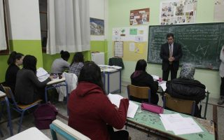 Με την πολύτιμη συμβολή εθελοντών εκπαιδευτικών, το κοινωνικό φροντιστήριο του Δήμου Αθηναίων παρέχει πρόσθετη διδακτική στήριξη σε μαθητές άπορων ή οικονομικά αδύναμων οικογενειών που κατοικούν στην Αθήνα.