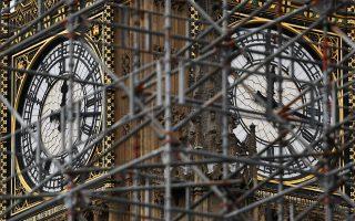 Το εμβληματικό Μπιγκ Μπεν με σκαλωσιές. Οι εργασίες ανακαίνισής του αναμένεται να διαρκέσουν τέσσερα χρόνια.