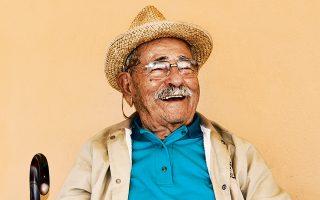 Ο κύριος Ζαχαρίας, 96 ετών, κάθεται στην αυλή του σπιτιού του στο χωριό Πλαγιά της Ικαρίας. Συμβουλεύει ότι το άγχος σκοτώνει την υγεία.