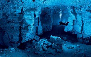 Η απόκοσμη μαγεία  ενός υποβρυχίου σπηλαίου  και η γοητευτική μοναξιά  του σπηλαιοδύτη σε  ένα συναρπαστικό πλάνο. © Viktor Lyagushkin / PHOTOTEAM.PRO