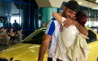 Η Ταμάρα πέφτει στην αγκαλιά του Βάνο και εκείνος της χαμογελά. Υστερα από δώδεκα χρόνια, μητέρα και γιος συναντώνται ξανά στο αεροδρόμιο της Αθήνας.