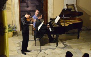 Ο In Mο Young στο βιολί και ο Alex Beyer στο πιάνο έδωσαν ένα μοναδικό ρεσιτάλ στην Υδρα.