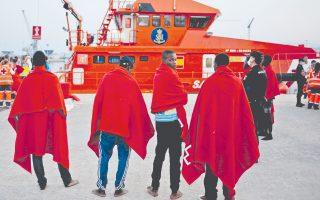 Μετανάστες στο λιμάνι της Μάλαγας, στην Ισπανία. Την Ελλάδα ενδέχεται να ξεπεράσει η Ισπανία ως θαλάσσια πύλη εισόδου προσφύγων και μεταναστών στην Ευρώπη, καθώς ο αριθμός των αφίξεων είναι τριπλάσιος εκείνου του 2016, σύμφωνα με διεθνείς οργανώσεις.