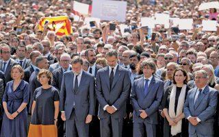 Μια στιγμή έντονης φόρτισης, αλλά και μια σπάνια φωτογραφία. Ο βασιλιάς Φίλιππος, πλαισιωμένος από τον Ισπανό πρωθυπουργό Ραχόι και τον πρόεδρο της Καταλωνίας Κάρλες Πουτζντεμόν, ηγούνται πλήθους 100.000 ανθρώπων, χθες στην πλατεία Καταλωνίας, στο κέντρο της Βαρκελώνης. Οι επιθέσεις που εκδηλώθηκαν την Πέμπτη και τα ξημερώματα της Παρασκευής στη Βαρκελώνη και στο Καμπρίλς, γεφύρωσαν προσωρινά το χάσμα που χωρίζει τον πολιτικό κόσμο της Καταλωνίας και της Ισπανίας, καθώς όλα τα επίπεδα της ισπανικής διοίκησης εξέφρασαν την κοινή πεποίθηση ότι η τρομοκρατία δεν θα νικήσει.