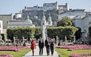 Το ζεύγος Μακρόν στο Σάλτσμπουργκ. Ο καγκελάριος της Αυστρίας Κρίστιαν Κερν και η σύζυγός του υποδέχονται το ζεύγος Μακρόν στο Σάλτσμπουργκ. Ο Γάλλος πρόεδρος επιδιώκει συμφωνία για τον περιορισμό των «αποσπάσεων» Ανατολικοευρωπαίων εργαζομένων σε χώρες με υψηλότερους μισθούς.