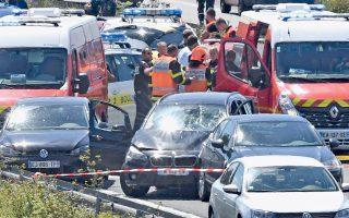 Τον οδηγό οχήματος, ο οποίος κινήθηκε σκόπιμα εναντίον περιπόλου στρατιωτών σε προάστιο του Παρισιού, τραυματίζοντας έξι από αυτούς, συνέλαβαν χθες αστυνομικοί έξω από το Καλαί. Σελ. 10