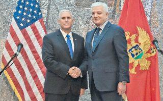Ο Μάικ Πενς και ο πρωθυπουργός του Μαυροβουνίου Ντούσκο Μάρκοβιτς κατά τη χθεσινή επίσκεψη του Αμερικανού αντιπροέδρου στην Ποτγκόριτσα. «Πιστεύουμε αληθινά πως το μέλλον των δυτικών Βαλκανίων βρίσκεται στη Δύση», είπε ο Πενς στους δημοσιογράφους.