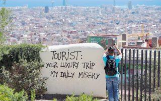 Πολλοί Ισπανοί βλέπουν τους τουρίστες όχι ως πηγή εισοδήματος, αλλά ως ενόχληση που καταστρέφει το ιστορικό κέντρο της πόλης τους και διαμαρτύρονται είτε κατεβαίνοντας στους δρόμους είτε γράφοντας τις απόψεις τους σε διάφορα σημεία της Βαρκελώνης.
