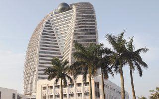 Η ΗΝΑ έχει ξοδέψει πάνω από 30 δισ. δολάρια για την εξαγορά μεριδίων κολοσσών όπως η Deutsche Bank. Στη φωτογραφία βλέπουμε τα κεντρικά γραφεία της εταιρείας στην πόλη Χαϊκού της επαρχίας Χαϊνάν στην Κίνα.