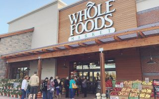 Το παρατσούκλι της Whole Foods ήταν «Whole Paycheck», δηλαδή τα προϊόντα της ήταν τόσο ακριβά, που έπρεπε να «ακουμπήσεις» στο ταμείο όλο σου τον μισθό. Τώρα, με την απόκτησή της από την Amazon, αυτή η εποχή τελείωσε οριστικά.