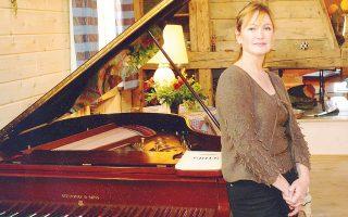 Η πριγκίπισσα Caroline Murat, διακεκριμένη πιανίστα, άνοιξε το φεστιβάλ υπέρ του Σωματείου Gina Bachauer. Δεξιά, η Τζίνα Μπαχάουερ.