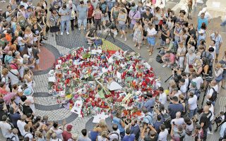 Λουλούδια στη μνήμη των αθώων θυμάτων, μία ημέρα μετά τη φρίκη, στην Ισπανία.