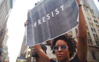 Ακτιβιστές έξω από τον Πύργο Τραμπ, στο Μανχάταν, στη διάρκεια διαδήλωσης εναντίον του Αμερικανού προέδρου.