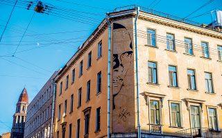 Γκράφιτι με το πορτρέτο του Δανιήλ Χαρμς πάνω στους τοίχους του κτιρίου όπου έζησε  ο Ρώσος ποιητής. (Φωτογραφία: © GETTY IMAGES/IDEAL IMAGE)