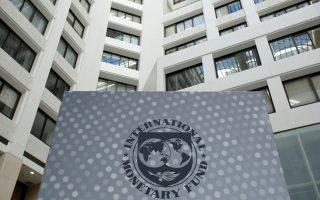 Τα δύο μέτωπα αφορούν τις τράπεζες, για τις οποίες το ΔΝΤ απαιτεί να γίνει έλεγχος των στοιχείων αποθεματικού τους και το δημοσιονομικό, καθώς θεωρεί ότι δεν επιτυγχάνεται ο στόχος για πρωτογενές πλεόνασμα 3,5% του ΑΕΠ μετά το 2018.