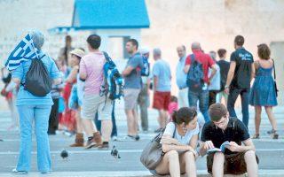 """«Τον τελευταίο καιρό», λέει ο Δημήτρης Τζιόβας, «παρατηρώ ότι αναπτύσσεται στην Ελλάδα κάποια δυσφορία σχετικά με το πώς βλέπουν οι """"εκτός"""" την κρίση. Ολες οι καλλιτεχνικές εκφράσεις φαίνεται να ανάγονται εκεί και η κρίση να συνιστά ένα είδος ιθαγενούς θεάματος πρόσφορου για """"τουρισμό της κρίσης""""»."""
