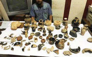 Ο Α.Α. και τα αντικείμενα που βρέθηκαν στην κατοχή του σε φωτογραφία των αιγυπτιακών αστυνομικών αρχών μετά τη σύλληψή του.