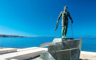 Το άγαλμα του Βατικιώτη Θαλασσινού, σήμα κατατεθέν της πόλης. (Φωτογραφία: ΚΛΑΙΡΗ ΜΟΥΣΤΑΦΕΛΛΟΥ)