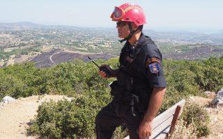 Ο Στέφανος Κολοκούρης, διοικητής της 1ης Ειδικής Μονάδας Αντιμετώπισης Καταστροφών του Πυροσβεστικού Σώματος, επιτηρεί μια χαράδρα στην Ανατολική Αττική. Με τον ασύρματο στο χέρι ειδοποιεί για αναζωπυρώσεις. (Φωτογραφία: Enri Canaj)