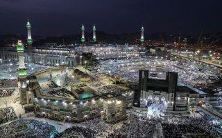 To μεγάλο τζαμί της Μέκκας. Οι πιστοί πραγματοποιούν επτά κύκλους γύρω από την Καμπά, αφού πρώτα λιθοβολήσουν τον διάβολο.