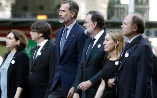 Η δήμαρχος Βαρκελώνης Aντα Κολάου, ο πρωθυπουργός της Καταλωνίας Καρλς Πουιγκντεμόντ (κέντρο) και ο βασιλιάς Φελίπε στο συλλαλητήριο του Σαββάτου.