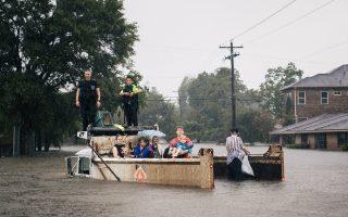 Φορτηγό εκτελεί χρέη νησίδας σωτηρίας στο Χιούστον του Τέξας. Η στάθμη των υδάτων θα φθάσει στο αποκορύφωμα μεθαύριο, λόγω της καταιγίδας «Χάρβεϊ» και αναμένεται σταδιακό άνοιγμα δύο φραγμάτων σε κατοικημένες περιοχές, για να αποτραπεί η κατάρρευσή τους.