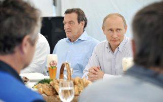 Ο πρώην Καγκελάριος Σρέντερ (αριστερά), είναι γνωστός ως παλιός φίλος του Ρώσου προέδρου, Βλαντίμιρ Πούτιν.