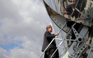 Ο Στίβεν Μπάνον επιβιβάζεται στο προεδρικό αεροπλάνο, σε παλαιότερες, ευτυχέστερες στιγμές του.