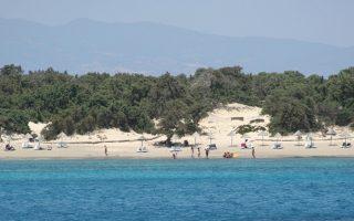 Η πραγματικότητα στο προστατευόμενο νησί, με παράνομα παραπήγματα και σκουπίδια, που επιδεινώνεται ραγδαία την τελευταία πενταετία, απέχει από τις ειδυλλιακές φωτογραφίες που δημοσιεύονται σε ιστοσελίδα για προσέλκυση τουριστών.