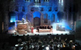 Το σκοτεινό Λονδίνο του Τσαρλς Ντίκενς απέδωσε το σκηνικό του Πάρι Μέξη, ενώ η Καμεράτα προσέφερε μία ακόμη καλοκουρδισμένη και έξυπνα χορογραφημένη παράσταση.