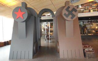 Το αστέρι της Σοβιετικής Ενωσης (και όχι το σφυροδρέπανο) μαζί με τον αγκυλωτό σταυρό του ναζιστικού καθεστώτος, σε μια απτή εικονογράφηση της βασικής αφήγησης του Μουσείου των Κατοχών στο Ταλίν της Εσθονίας.