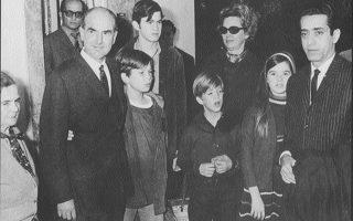 24 Δεκεμβρίου 1967. Μετά την απελευθέρωσή του, ο Ανδρέας Παπανδρέου φθάνει στο σπίτι του. Από αριστερά, η μητέρα του Σοφία Μινέικο, τα παιδιά του Νίκος, Γιώργος, Ανδρέας και Σοφία, η σύζυγός του Μαργαρίτα και ο Γιώργος Κατσιφάρας. Πίσω από τον Ανδρέα, ο Αντώνης Στρατής.