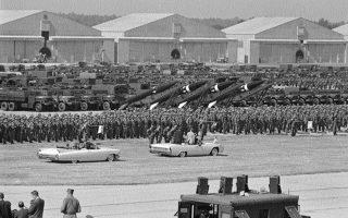 Το δόγμα της ευέλικτης ανταπόδοσης υιοθετήθηκε στην αμερικανική πολιτική ασφαλείας επί των ημερών του Τζον Κένεντι. Επάνω, ο Κένεντι, όρθιος στην ανοικτή λιμουζίνα, επισκέπτεται την 82η Αερομεταφερόμενη Μεραρχία στο Φορτ Μπραγκ, Οκτώβριος 1961.