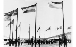 16 Οκτωβρίου 1967. Οι σημαίες των κρατών-μελών του ΝΑΤΟ κυματίζουν για πρώτη φορά στο νέο στρατηγείο στις Βρυξέλλες, όπου μεταφέρθηκε μετά την απόφαση Ντε Γκωλ να αποσύρει τη Γαλλία από το στρατιωτικό σκέλος της Συμμαχίας.
