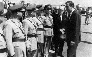 13.9.1967: Η ηγεσία της χούντας υποδέχεται στο αεροδρόμιο του Ελληνικού τον Κωνσταντίνο, ο οποίος επιστρέφει από τις ΗΠΑ.